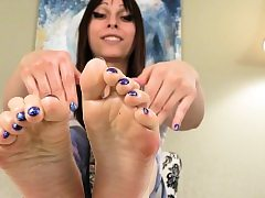 Sole teasing tranny rubbin' her feet with oil